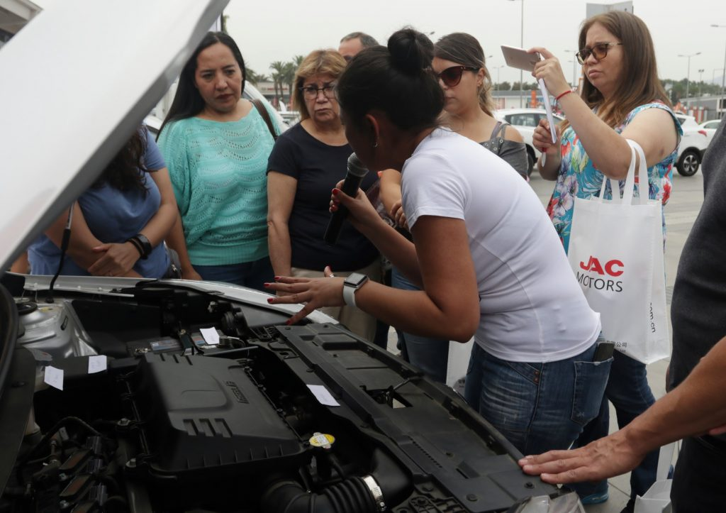 JAC Chile realiza Clínica de Mecánica Básica para mujeres