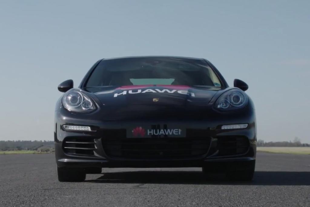 Huawei presenta el primer auto conducido por un smartphone impulsado por Inteligencia Artificial