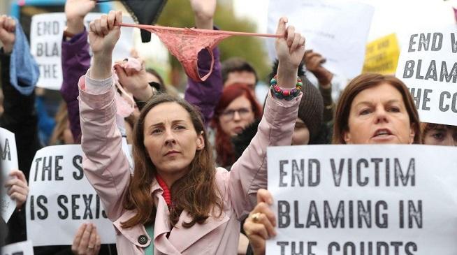 Escándalo en Irlanda: ¿Usar tanga justifica una violación?