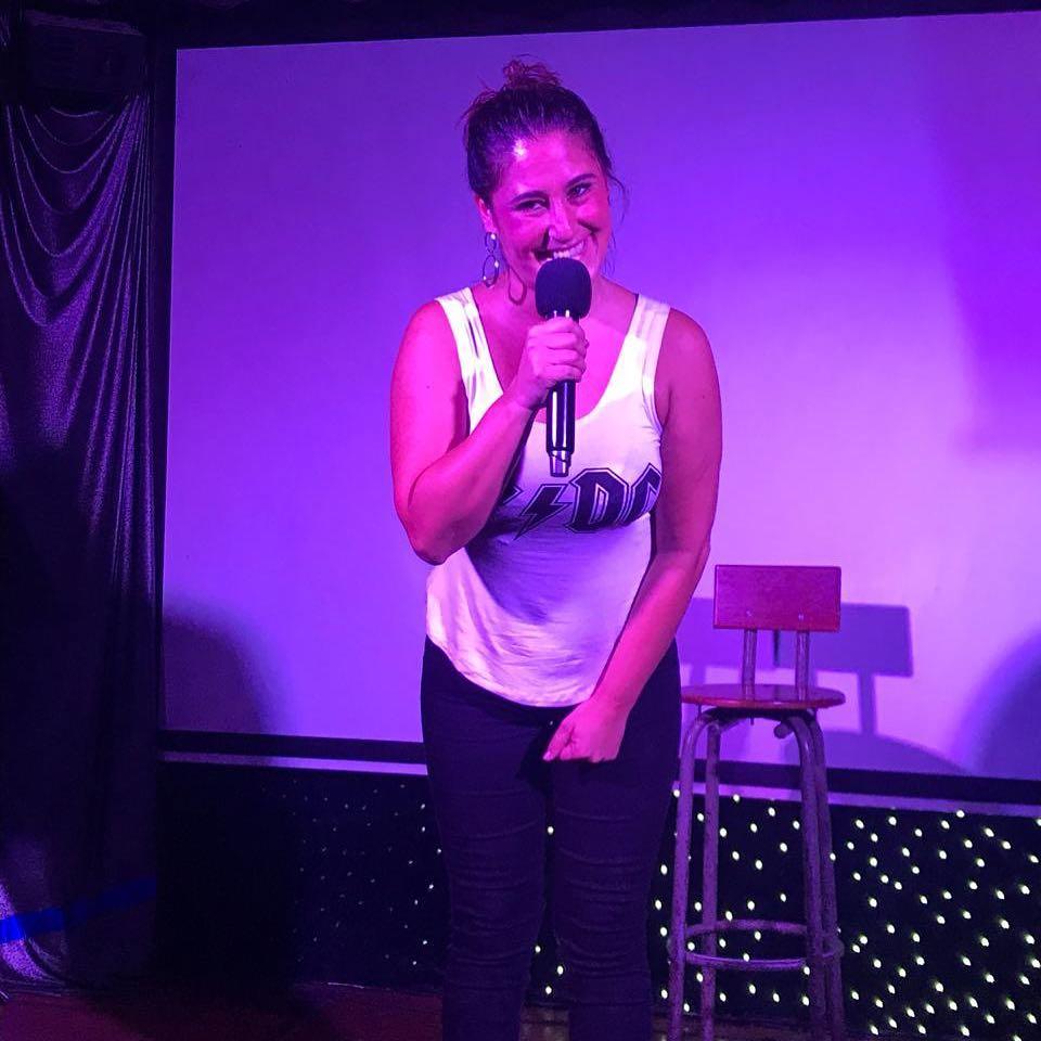 [VIDEO] La comediante Belén Mora se sacó la cresta en vivo